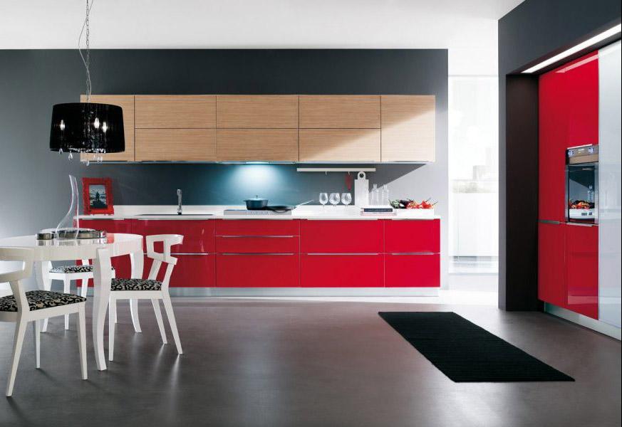 Cucina moderna City con finitura in rovere chiaro e color rosso lucido